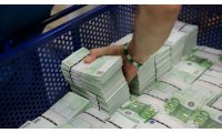 3458-an-employee-of-gsa-austria-stacks-wads-of-100-euro-banknotes-at-the-company-s-headquarters-in-vienna_5958102_list.jpg